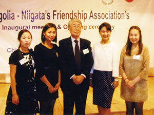 過去に毎年1人ずつ新潟大学へ県費留学生として来港した4名と (平成24年8月21日)